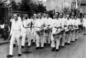 Der Spielmannszug der SG Egelsbach beim Kerbumzug 1950; mit Tabourstab: Fritz Schlapp